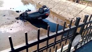 Boş sulama kanalına devrilen otomobilin sürücüsü yaralandı