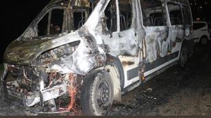 Telefonda tartıştığı babasının minibüsünü yaktı
