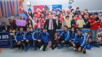 Adana'da ücretsiz buz pisti açıldı