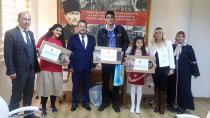 İstiklal Marşı'nın en güzel okuyan öğrencilere bilgisayar ödülü