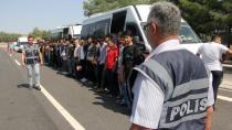 Adana'da 2 Minibüste 49 Kaçak Göçmen Yakalandı