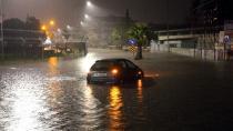 Adana'da şiddetli yağış sonrası evleri su bastı, yollar kapandı
