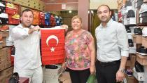 Ceyhan Belediyesi esnaflara bayrak dağıttı...
