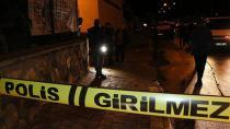 Önce iki kişiyi, ardından da kendisini yakalayan polisi bıçakladı