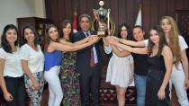 Şampiyon kızlar kupayı başkan Küçük'e teslim etti...