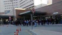 Adana'da korona virüs testi için hastanelerin önünde kuyruk oluştu