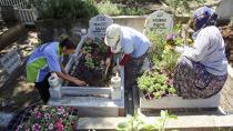 Annelerin mezarlarına Büyükşehir'den çiçek